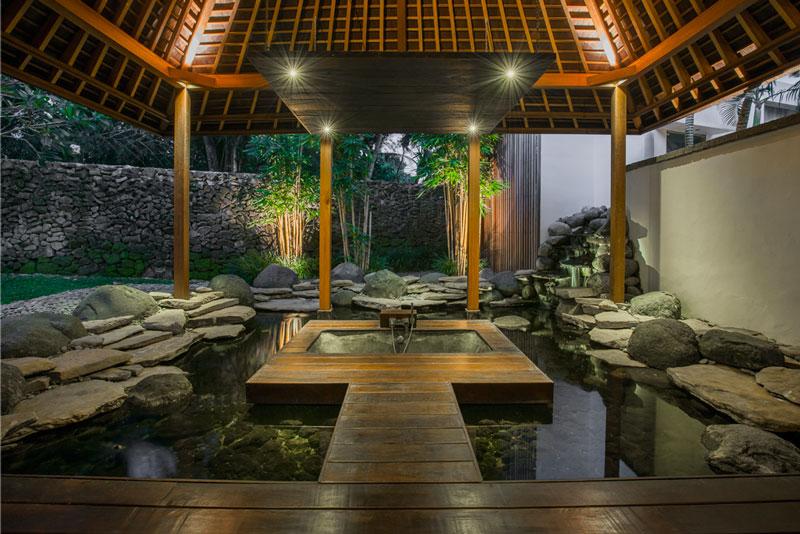 entspannen in einer Badewanne im Aussenbereich und ganz besonderer Atmosphäre