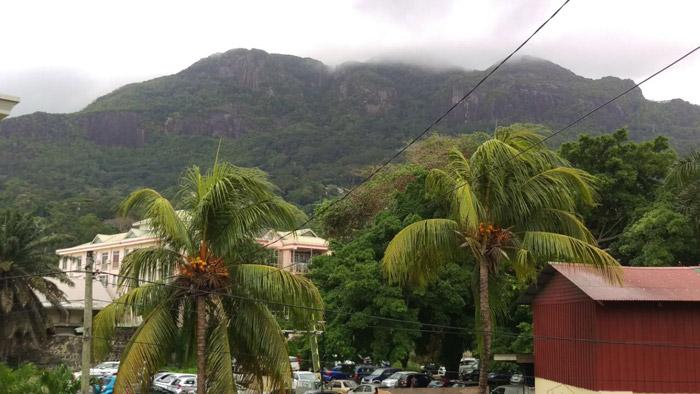Wolken stoppen an einem Berg auf den Seychellen
