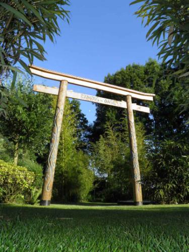 Tor mit dem Schritzug Bambus Oase im Indianerstil